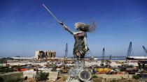 Patlamanın izlerini taşıyan heykel!